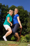 De moeder en de dochter weten een touwtjespringen Stock Foto