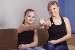 De moeder en de dochter zijn gelukkig in verzoening en beloven niet om bij elkaar te zweren royalty-vrije stock foto