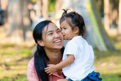 De moeder en de dochter zijn omhelzing en kus De familie is Thailand Royalty-vrije Stock Afbeeldingen