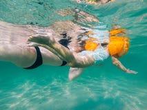 De moeder en de dochter zwemmen Royalty-vrije Stock Fotografie