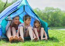 De moeder en de jonge geitjes in zwempak zitten in tent Royalty-vrije Stock Fotografie