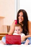 De moeder en de zoon gebruiken laptop Stock Foto's