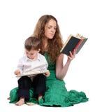 De moeder en de zoon lezen boek en spel Royalty-vrije Stock Foto