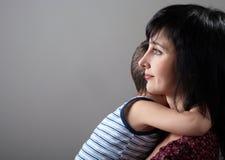 De moeder en de zoon omhelzen Royalty-vrije Stock Afbeeldingen