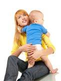 De moeder en de zoon omhelzen Stock Afbeeldingen