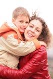 De moeder en de zoon omhelzen elkaar Royalty-vrije Stock Foto
