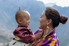 De moeder en de zoon staren fondly royalty-vrije stock afbeeldingen
