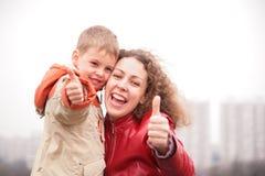 De moeder en de zoon tonen o.k. gebaar Royalty-vrije Stock Fotografie