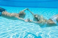 De moeder en de zoon zwemmen onderwater stock afbeeldingen