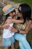 De moeder en de dochter delen samen een dicht ogenblik op vakantie royalty-vrije stock afbeelding