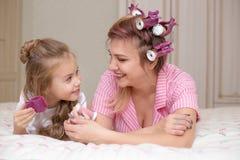 De moeder en de dochter doen haar en hebben pret royalty-vrije stock afbeelding