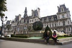 De moeder en de dochter de reis van Asainvrouwen en het stellen voor nemen foto met Hotel DE Ville Royalty-vrije Stock Foto's