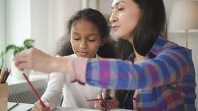 De moeder en de dochter van het verschillende behoren tot een bepaald ras leren zich samen te trekken stock video