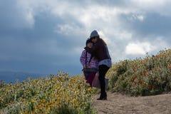 De Moeder en de Dochter van Latina voor de Papavergebied van woestijncalifornië op weg met oranje en gele bloemen stock foto