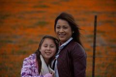 De Moeder en de Dochter van Latina voor de sinaasappel van het de Papavergebied van woestijncalifornië bokeh stock afbeeldingen