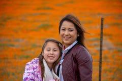 De Moeder en de Dochter van Latina voor de sinaasappel van het de Papavergebied van woestijncalifornië bokeh royalty-vrije stock foto
