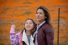 De Moeder en de Dochter van Latina voor de sinaasappel van het de Papavergebied van woestijncalifornië bokeh stock fotografie