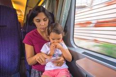 De moeder en haar dochter genieten van de treinreis royalty-vrije stock fotografie