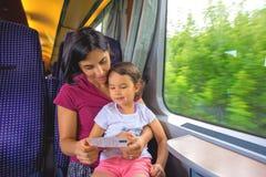 De moeder en haar dochter genieten van de treinreis royalty-vrije stock foto