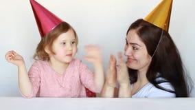 De moeder en haar dochter glimlachen, laughes en letten op de prestaties en slaan hun handen Circus en applaus Gelukkig Mamma stock video