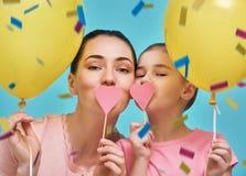 De moeder en haar dochter hebben pret Royalty-vrije Stock Fotografie
