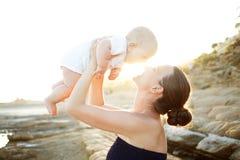 De moeder en haar zoon hebben grote tijd bij de kust Royalty-vrije Stock Foto's