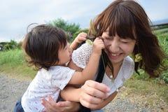 de moeder en haar zoon palying buitenplaats Royalty-vrije Stock Fotografie