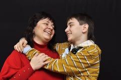 De moeder en het kind glimlachen aan elkaar Royalty-vrije Stock Foto