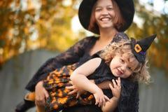 De moeder en het kind kleedden zich als heksen, die pret hebben Stock Fotografie