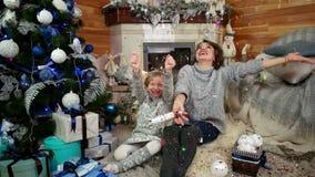De moeder en het Kind met Partijpopcornpannen in de handen, het Mamma en de Dochter blazen - omhoog vangt de voetzoeker, kind gek stock videobeelden