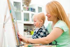 De moeder en het kind trekken een beeld schilderen, kunstles royalty-vrije stock foto's