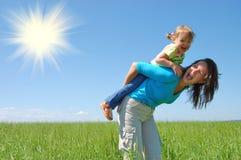 De moeder en het kind van de familie onder blauwe hemel Royalty-vrije Stock Foto