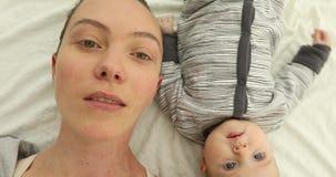 De moeder en pasgeboren is dicht omhoog liggende hoogste mening stock video