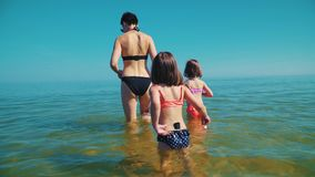 De moeder en twee aanbiddelijke dochters bevinden zich in het overzees stock footage