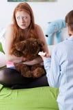 De moeder geeft de test van de dochterzwangerschap Royalty-vrije Stock Fotografie