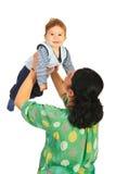 De moeder heft haar baby op Royalty-vrije Stock Afbeeldingen