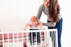 De moeder houdt de baby stock fotografie