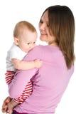 De moeder houdt babyjongen Stock Afbeeldingen