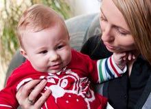 De moeder houdt de zoon van de babyjongen Stock Fotografie