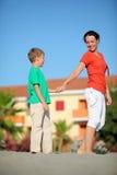 De moeder houdt jongen op hand op strand royalty-vrije stock foto's