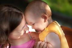 De moeder houdt van haar baby Stock Afbeelding