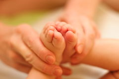 De moeder houdt zacht babybeen Royalty-vrije Stock Afbeelding