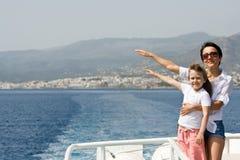 De moeder, kind geniet van wind en overzeese reis op boot Royalty-vrije Stock Afbeeldingen