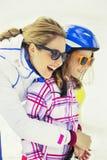De moeder koestert affectionately zijn zoon in de sneeuw stock foto