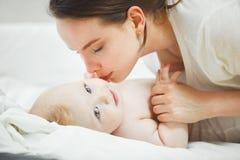 De moeder kust baby het liggen Royalty-vrije Stock Fotografie