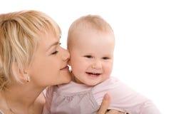 De moeder kust haar baby meisje en het dromen royalty-vrije stock fotografie