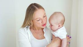 De moeder kust haar pasgeboren zoon stock footage