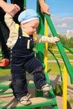 De moeder leert kind om langs treden te lopen Stock Foto