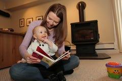 De moeder leest aan haar zoon stock fotografie
