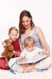De moeder leest aan Jonge geitjes Royalty-vrije Stock Foto's